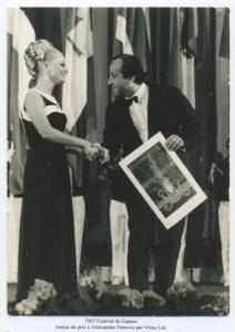 Festival de  Cannes1967  remise de prix à  Aleksandar Petrović  par Virna Lisi