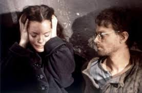 Romy Schneider et Brad Dourif dans une scène de bombardement