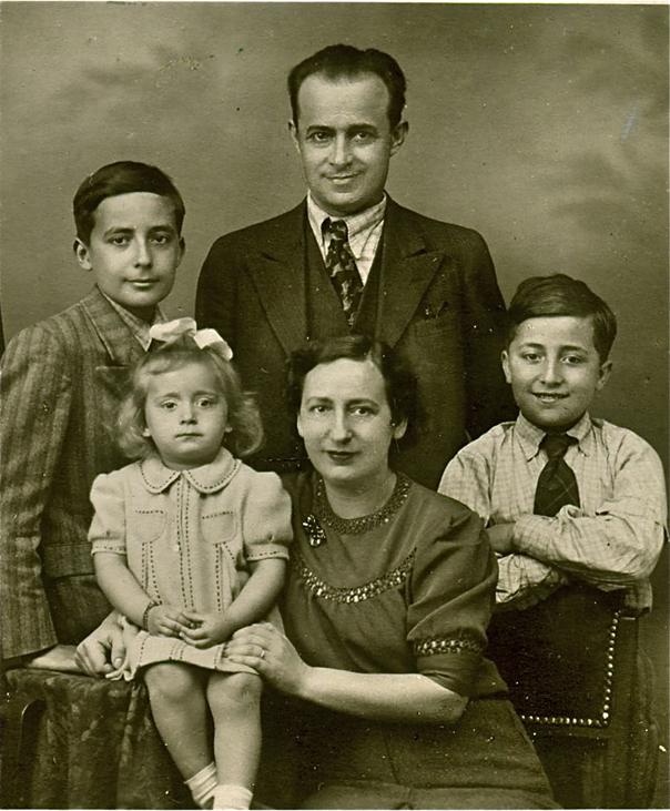 1939. godina – Porodica PETROVIĆ : otac Dragomir (1898-1948), majka Anka (1900-1997), sinovi Petar-Pera (1925-1947), Aleksandar-Saša (1929-1994) i ćerka Radmila (1936)