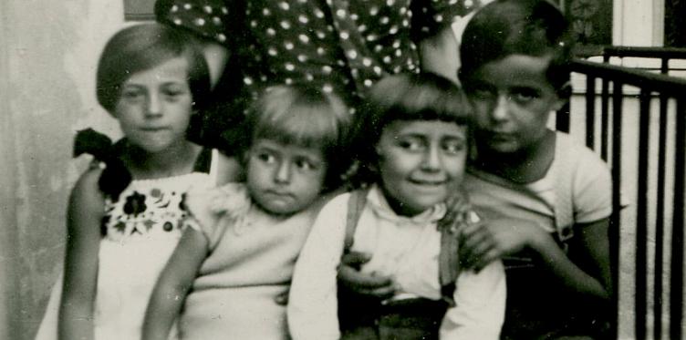 1933 Beograd Katanićeva ulica br12 – braċa : Mile, Saša i Pera Petrović i sestra od tetke Branislava  Antić